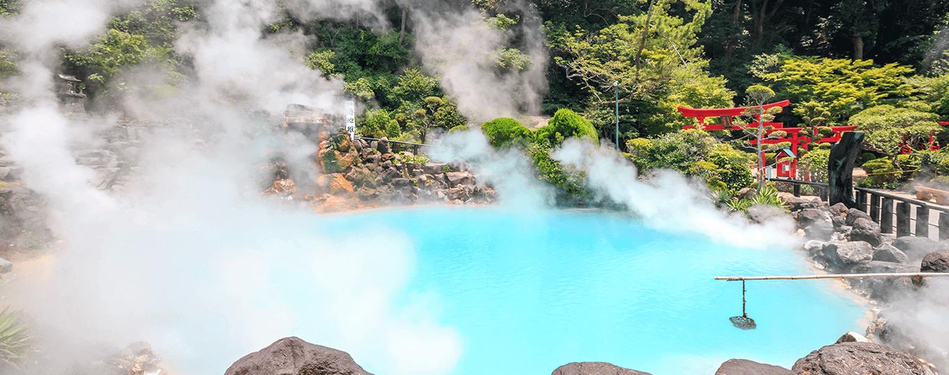 大分県は九州の北東部に位置しており、海と山に囲まれた自然の豊かな県です。県内各所に多くの温泉があり、温泉源泉総数は4,385、温泉湧出量は毎分281klで、ともに日本一を誇ります。源泉総数と湧出量を温泉別に見ても、1位は「別府温泉郷」、2位は「湯布院温泉」で、大分県内の温泉が上位2位を独占しています。別府温泉郷は市内にある8つの温泉からなっており、別府八湯(べっぷはっとう)とも呼ばれています。代表的な7つの噴出口を見学できる地獄めぐりでは、場所によってまったく異なる景観を楽しむことができます。 湯布院温泉は、由布岳や金鱗湖の美しい景観と情緒ある街並みが魅力の温泉地。一軒宿の旅館が多く、隠れ家的な雰囲気でゆっくりと過ごせるのも人気の理由のひとつです。由布駅から金鱗湖までを結ぶ「湯の坪街道」と呼ばれるメインストリートには、おしゃれな飲食店や土産物などが数十店舗軒を連ねており、食べ歩きや散策を楽しめます。湯布院を起点としたドライブにおすすめなのが「やまなみハイウェイ」です。くじゅう連山や阿蘇の絶景を楽しみながら約1時間の山岳ドライブを堪能できます。 大分県の歴史をたどるなら国東半島がおすすめです。奈良時代の初頭、国東半島では六郷満山文化という神仏習合の独自の仏教文化が栄えました。国東半島には六郷満山の文化遺産が数多く残されており、摩崖仏もそのひとつです。「臼杵(うすき)石仏(摩崖仏)」は平安時代末期から鎌倉時代に造られたとされる石仏群として、摩崖仏としては日本で初めて国宝に指定されました。