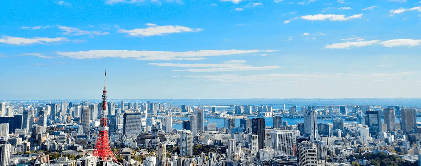 東京都は日本の首都で、江戸幕府成立後400年以上にわたり、日本の政治・経済の中枢として機能してきた都市です。観光都市としても人気が高く、マスターカードが行った「2018 年度世界渡航先ランキング」では第8位にランキングしています。東京の玄関口でもある「東京駅」は、東京観光でも有名なスポットのひとつです。赤レンガが特徴的な丸の内駅舎は戦災で一部が焼失し、応急的な修復がされただけの状態でしたが、2007年から5年かけて大規模な修復工事が行われ、2012年に、およそ60年ぶりに開業当時の姿に復元されました。 同じ年に開業した新スポットが「東京スカイツリー」です。世界第2位の高さを誇る電波塔で、地上350mと450mに設置された展望台からは東京の大パノラマを堪能できます。電波塔の役割はスカイツリーに移りましたが、東京のシンボルとして愛されてきた「東京タワー」の人気も衰えることはありません。2016年からは大規模な改修工事が行われ、2018年3月にリニューアルオープン。地上250mの特別展望台は「トップデッキ」に名称変更し、新しくトップデッキツアーもスタートしました。 歴史と下町風情を味わえる代表的なスポットといえば「浅草寺(せんそうじ)」。大提灯のかかる雷門で有名です。628年創建の東京都最古の寺で、ご本尊の聖観世音菩薩は秘仏であるため、歴代の住職でさえもほとんど見たことがないと言います。参拝の際は、合掌して「南無観世音菩薩(なむかんぜおんぼさつ)」と唱えましょう。そして参拝後は、表参道である仲見世通りをゆっくりと散策し、グルメやショッピングを楽しむのがおすすめです。