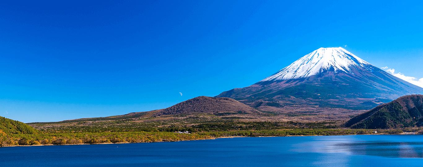 山梨県は周囲に海がなく、山々に覆われている内陸県です。南には富士山があり、西側には南アルプス、北東の秩父山塊に、そして北側には八ヶ岳連峰がそびえます。富士山や南アルプスには伏流水が多く、ミネラルウォーターの出荷額は全国シェアの29.3%を占めています。果物の栽培も盛んで、ブドウ、桃、スモモの生産量も全国一です。 甲州市勝沼地方では地元で栽培したブドウを利用したワイン産業が盛んで、市内には40を超えるワイナリーが存在します。多くのワイナリーでは見学や試飲が可能なので、ワイナリー巡りも楽しめます。「勝沼ぶどうの丘」は、小高いブドウ畑の中に位置するワインをテーマにした観光施設です。甲州市が推奨する約200銘柄のワインが2万本以上そろうワインカーブを有しており、有料で試飲を楽しめます。また、ワインに合う料理を取りそろえたレストランやバーベキュー場などもあり、ワインとともに味わえます。 山梨県には、石和温泉をはじめ多くの温泉があり、絶景を見ながら入れる温泉もあります。そのひとつが「ほったらかし温泉」です。高台の露天風呂からは甲府盆地や山々を一望。遠くに富士山も望めます。日の出の1時間前から22時まで営業しているので、朝日も夜景も楽しめる温泉です。 2013年に富士山がユネスコの世界文化遺産に登録されましたが、富士山や富士五湖などとともに登録されたひとつに「忍野八海」があります。忍野八海は、富士山の伏流水を水源とする湧水池群です。透明度の高い青く澄んだ神秘的な池はもちろん、富士山を背景とした日本の原風景も味わえます。