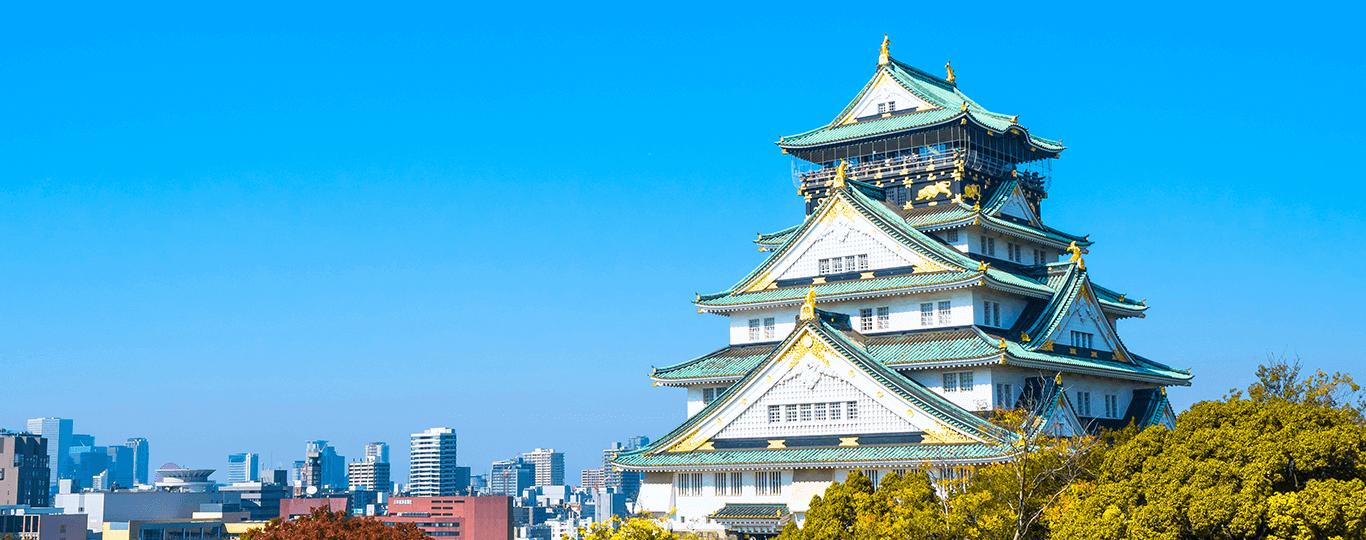 大阪府は近畿地方の中央部に位置しています。大阪国際空港と関西国際空港の2つの国際空港を有し、東海道新幹線と山陽新幹線の起点であることから、近畿地方の観光拠点としての役割も果たしています。大阪を訪れる観光客は年々増加しており、旅行先としての人気も高まってきました。 大阪の歴史は古く、593年に聖徳太子が四天王寺を建立し、645年には孝徳天皇が奈良から難波宮に遷都を行います。1496年には石山本願寺が建てられ寺内町として発展しました。これが大坂の始まりと言われています。天下統一が成されると豊臣秀吉による治世が始まります。江戸時代に入ると、戦災で荒廃した町が庶民の力で見事に復興され、以降は商人の町として発展しました。「大阪歴史博物館」は、難波宮大極殿や各時代の街並みが再現されており、大阪の歴史をわかりやすく体感できる博物館です。また、「大阪城天守閣」では、歴史的資料や模型、ジオラマなどを使って、秀吉時代を中心とした大阪城の歴史を学べます。 「道頓堀」は大阪らしい雰囲気と大阪グルメを堪能できる場所として人気のエリアです。道頓堀のシンボルともいえるグリコの看板が初めて設置されたのは1935年でした。時代とともに少しずつデザインを変え、現在は6代目となっています。「海遊館」も観光客に人気のスポットです。約620種の生き物たちがエリアごとに展示されています。特に2頭のジンベエザメが済む太平洋水槽は見ごたえがあります。
