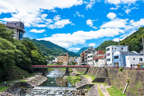 神奈川県の南西部にある箱根湯本は、箱根温泉郷の一つです。温泉郷の中でも古い温泉と言われており、1,200年もの歴史があります。東京方面や名古屋方面からのアクセスも良く、箱根湯本駅周辺には日帰り利用できる温泉も多いため、自動車や電車、高速バスなどを使って気軽に温泉を楽しめます。  箱根湯本温泉の始まりについては、奈良時代に人々が疱瘡に悩まされていたとき、浄定坊の加持祈祷により霊泉が湧き出て、浸かった人々の疱瘡が治ったと言われています。湯坂山から湧出する湯量は、一日に8,000トンほどと豊富です。塩化物泉が多く、効能は冷え性や腰痛などです。温泉旅館が数多く点在しており、個人旅行から宴会、団体旅行まで幅広く対応しています。  箱根湯本駅から歩いて8分ほどの所にあるのは、「箱根町立郷土資料館」です。箱根温泉の歴史をはじめ、体験コーナーではからくり細工体験など、見て触って学ぶことができます。「早雲寺」は、駅から徒歩15分ほどで着く北条氏綱によって建てられた禅寺で、境内には梅や桜などが植えられており、秋には紅葉も楽しめるスポット。他にも「鎖雲寺」や「深沢銭洗弁財天」などのパワースポット、「畑宿清流マス釣場」や「フォレストアドベンチャー箱根」といったアクティビティなどがあります。近隣のゴルフ場で汗を流した後、温泉に浸かることも可能。しっとりと温泉街を散歩したい方には着物のレンタルや着付けをしてくれるショップもあり、さまざまな楽しみ方ができる箱根湯本周辺です。