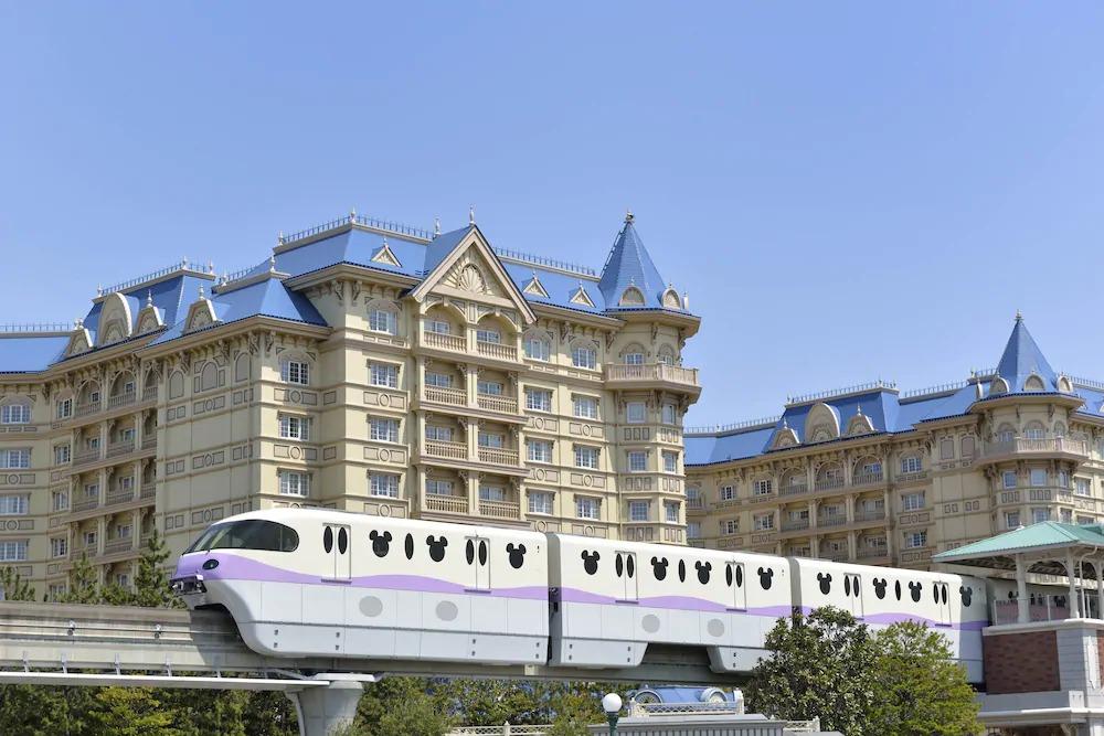 「東京ディズニーリゾート」は、千葉県浦安市にあるリゾート施設です。エリア内には、「東京ディズニーランド」と「東京ディズニーシー」の2つのテーマパークのほか、提携ホテルや複合商業施設などがあります。東京ディズニーランドは、園内を7つの異なるテーマランドで構成。幅広い世代がアトラクションやパレードを楽しむことができ、可愛いディズニーキャラクターとともに夢のような時間を過ごすことができます。2001年に開園した東京ディズニーシーは、海をテーマに掲げ、ディズニーが演出するロマンスと冒険の世界をたっぷりと味わうことができる場所です。 それぞれのテーマパークでは、季節ごとに行われるイベントや園内のデコレーションも見どころの一つ。来園するたびに新しい発見があり、訪れる人々を飽きさせない魅力が大きな特徴です。また、宿泊が必要な場合には、事前に提携ホテルへの予約がおすすめ。レストランやお土産ショップなども充実しているので、自分にぴったりのプランで満喫することができます。 東京ディズニーリゾートへの最寄り駅は、JR舞浜駅です。東京駅からは、電車で約15分ほど。JR舞浜駅から運行するモノレール「ディズニーリゾートライン」は、東京ディズニーリゾート内の移動や東京ディズニーシーへのアクセスに便利です。また、車を利用する際は、首都高速湾岸線を利用し、「浦安出口」から約10分ほど。エリア内に数カ所ある有料駐車場に駐車することが可能です。週末や休みの期間は、混雑する場合も多いため、誘導を行っている係員やキャストに詳細を訪ねてみてください。