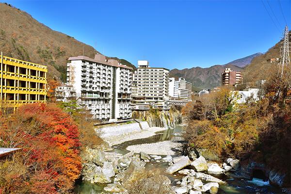 「鬼怒川温泉(きぬがわおんせん)」は、栃木県日光市に位置する温泉地です。都心からは、電車で約2時間ほど、車では約160kmの距離なので、気軽に日帰り温泉の入浴を楽しむこともできます。鬼怒川温泉の歴史は古く、江戸時代に発見されました。かつては、大名や僧侶だけが利用を許可された温泉地でしたが、現在は国内外から年間200万人以上が訪れる人気スポットとして知られています。 鬼怒川温泉のお湯は、肌に優しいアルカリ性単純温泉です。神経痛や関節痛、疲労回復などの効能があり、火傷の治癒にも適していると言われています。温泉宿やホテルといった宿泊施設は、鬼怒川の両岸に数多く立ち並んでおり、露天風呂からは鬼怒川の渓流を眺めながら入浴することが可能です。日光国立公園でもある鬼怒川の上流は、渓谷美とともに新緑や紅葉を楽しめるスポットとして知られ、「鬼怒川ライン下り」では、壮大な自然とスリルを味わうことができます。 鬼怒川温泉の近くには、東武ワールドスクウェアや日光江戸村といったテーマパークもあるので、小さなお子様連れの家族旅行でも充実した時間を過ごすことができます。また、少し足を延ばした場所にある「龍王峡(りゅうおうきょう)」は、長い年月をかけて自然が作り上げた奇岩や景観を望める景勝地。この周辺には、ハイキングやトレッキングコースが多くあり、初心者から上級者までが時間や体力に合わせたコースで挑戦することが可能です。記念写真のスポットもたくさんあります。