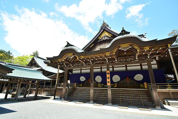 「伊勢神宮」は2,000年以上の歴史を持つ神社です。正式には神宮といい、「内宮(ないくう)」と「外宮(げくう)」を筆頭に全125の宮社からなっています。毎年国内外から約800万人の参拝客が訪れる伊勢市を代表する観光スポット。車の場合、伊勢自動車道の伊勢ICもしくは伊勢西ICから5分ほどで到着します。伊勢神宮の参拝は、まずは外宮を詣で、そのあとで内宮を参拝するのが正式な方法とされています。 外宮は、正式には豊受(とようけ)大神宮といいます。衣食住と産業の守護神である豊受大御神を主祭神としており、今から約1,500年前に創建されました。正面に架かる火除ばし(ひよけばし)は、町が火事になった時に延焼を防ぐ目的で架けられたものです。内宮は皇大(こうたい)神宮といい、天照大御神を祀っています。正面の大きな橋は宇治橋です。全長101.8mで巾8.4mの檜製の橋で、俗世間と神域とをつなぐ架け橋という意味合いがあります。 内宮と外宮は、それぞれ西側と東側に同じ大きさの敷地を有し、20年ごとに社殿をはじめ装束や神宝をすべて新しくつくり替えて宮処を新しくする儀式があります。これの儀式が式年遷宮です。宇治橋も同じように遷宮の4年前に新しく架け替えられるのが慣例となっています。 「おはらい町」は、かつて内宮の鳥居前町として栄えてきたエリアです。宇治橋から五十鈴川に至る石畳の通りには、伊勢特有の建築様式の建物が軒を連ねていて、食べ歩きやショッピングを楽しめます。また、常夜灯が目印の「おかげ横丁」は、江戸から明治の頃の町を再現したエリアです。