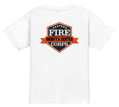 背面に大きなエンブレム風のロゴをあしらったデザインの消防団Tシャツ