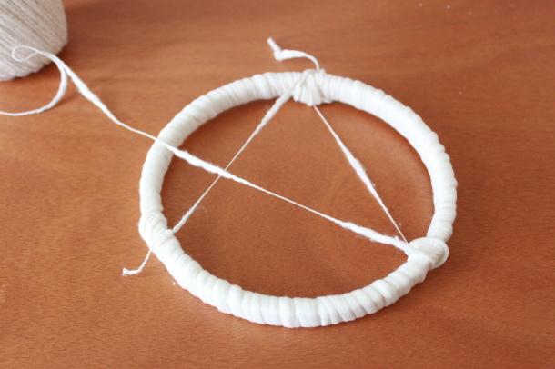 輪に紐(コットンスワブ)を結びます
