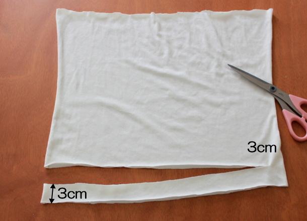 Tシャツを3cm幅に裁断していく