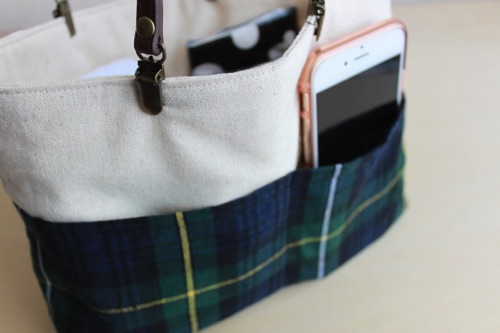 スマホを外ポケットに入れるとこんな感じ│バッグ イン バッグの完成!