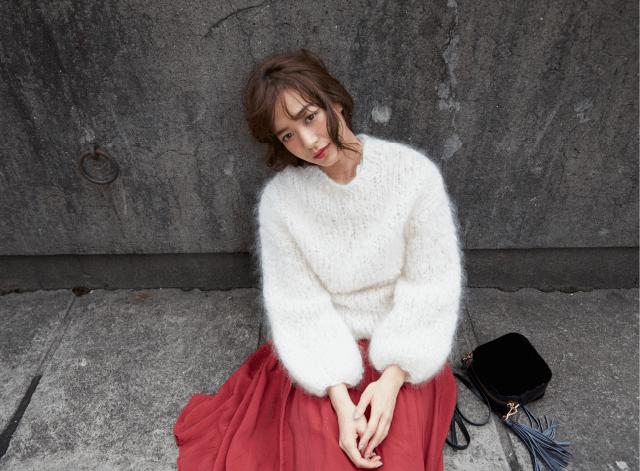 白のふわふわニットと赤スカートのコーデ