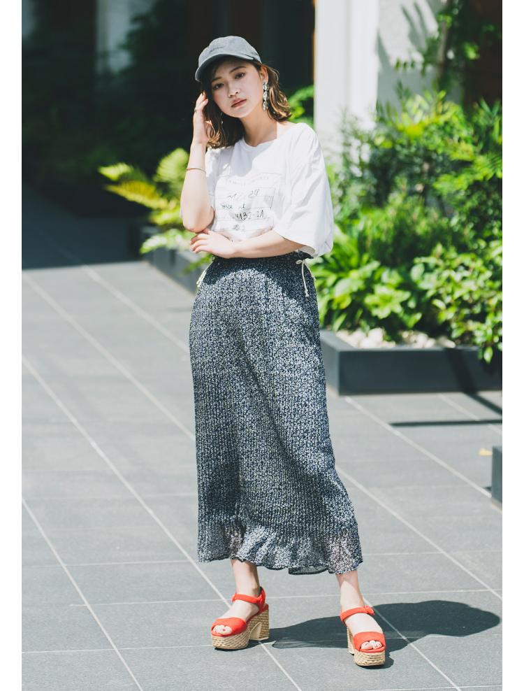 プリーツ、ボタニカル柄とトレンド要素満載のスカート