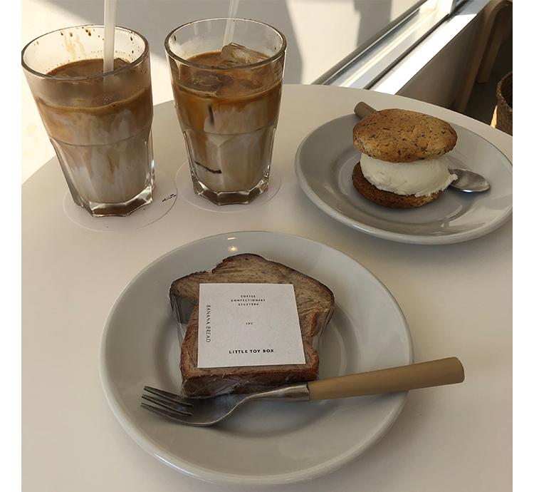 バナナチョコブレッドとアイスカフェラテ、クッキーサンドイッチ