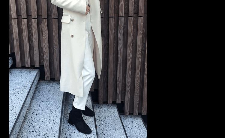 白のロングコートと黒ブーツ