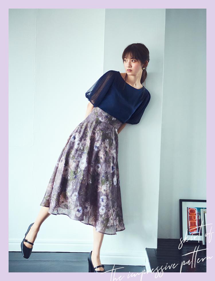 アイコニックな柄スカートは印象的なフローラルをチョイス