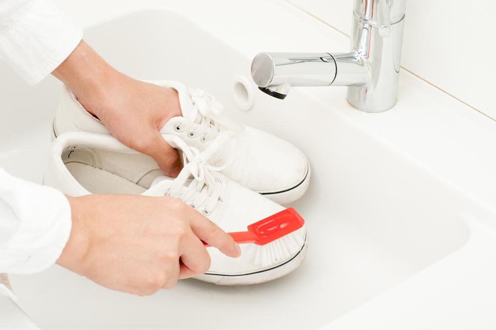 スニーカーを洗う人の手