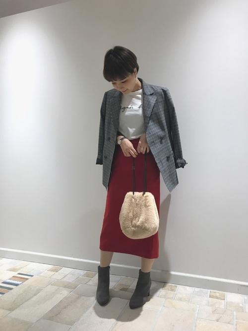 赤のタイトスカートコーデ