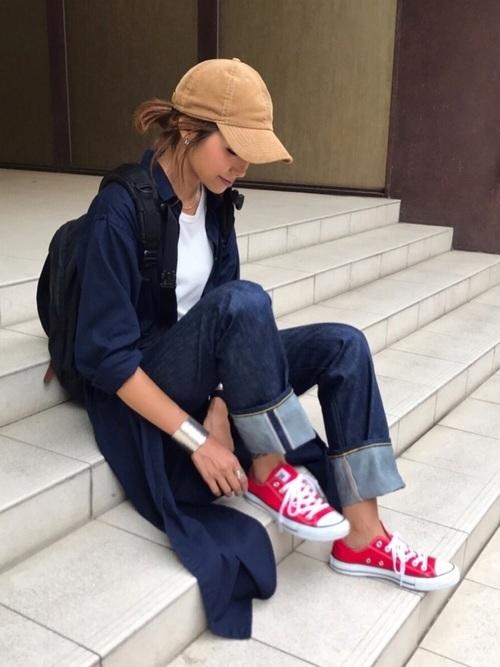 赤のスニーカーを履く女性