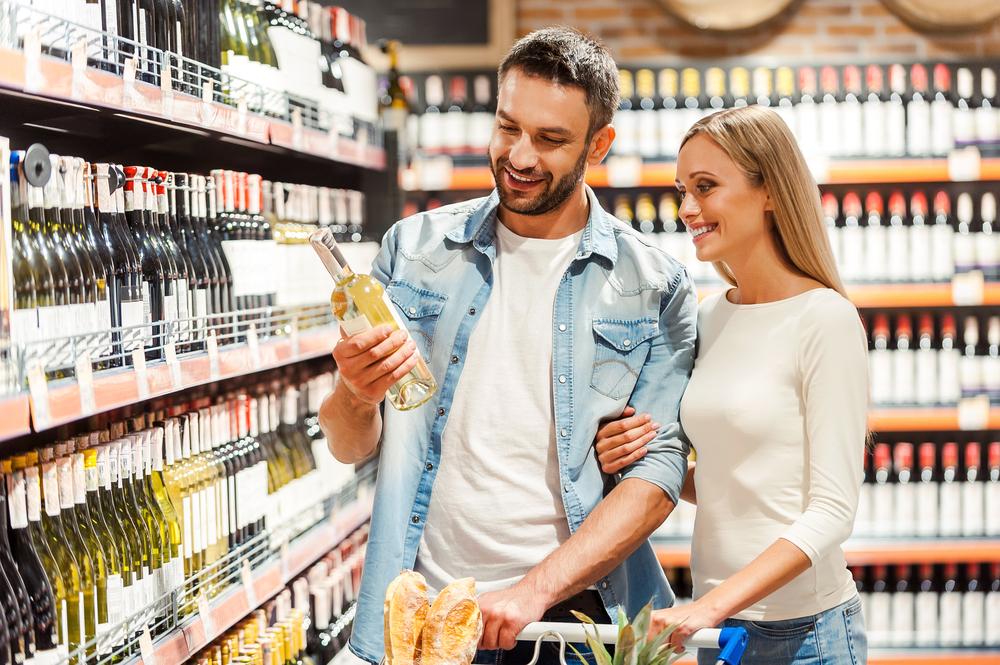 彼氏と買い物をしている女性