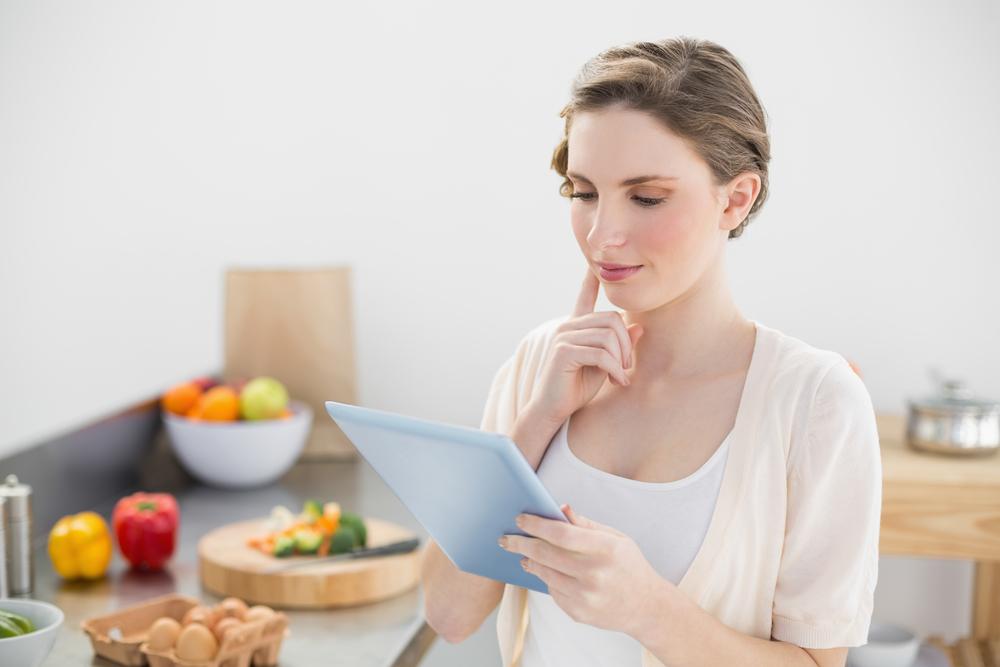 彼氏に振る舞う手料理のメニューを考えている女性