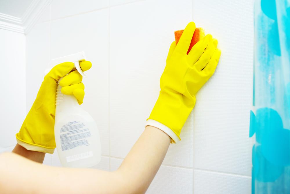 お風呂場を重曹水で掃除している女性