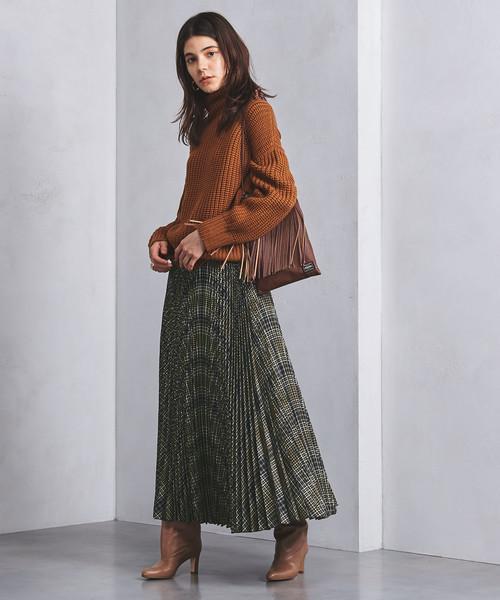 マキシ丈のアコーディオンスカートのコーデ