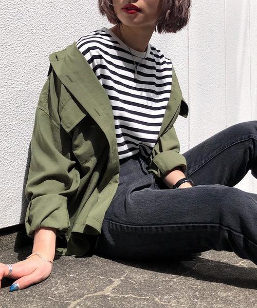 カーキシャツジャケット×ブラックデニムの春コーデ