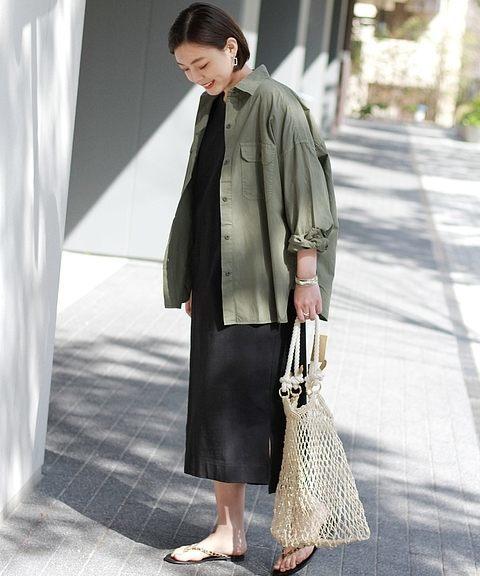 黒カットワンピ×カーキミリタリーシャツの春コーデ