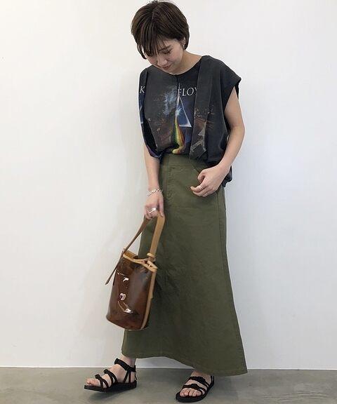 黒プリントTシャツ×カーキフレアスカートの夏コーデ