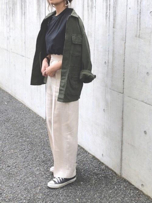 カーキミリタリージャケット×黒Tシャツの春コーデ