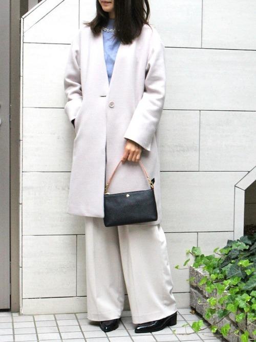 白コート×白ワイドパンツ