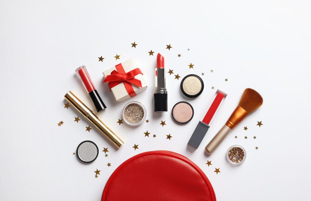 化粧品と化粧ポーチ