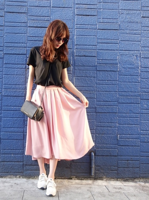 黒トップス×薄ピンクスカート