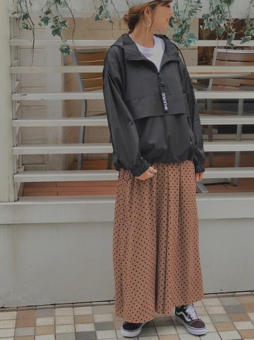 黒アノラックパーカー×ドットスカート