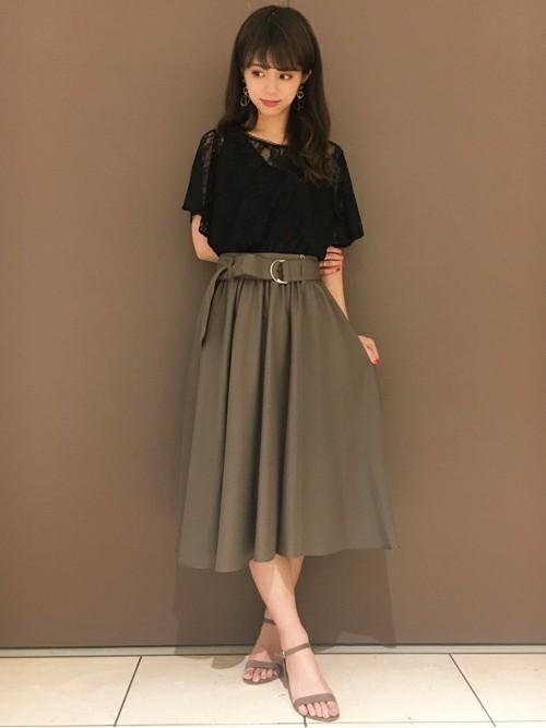 ミモレ丈のカーキスカート