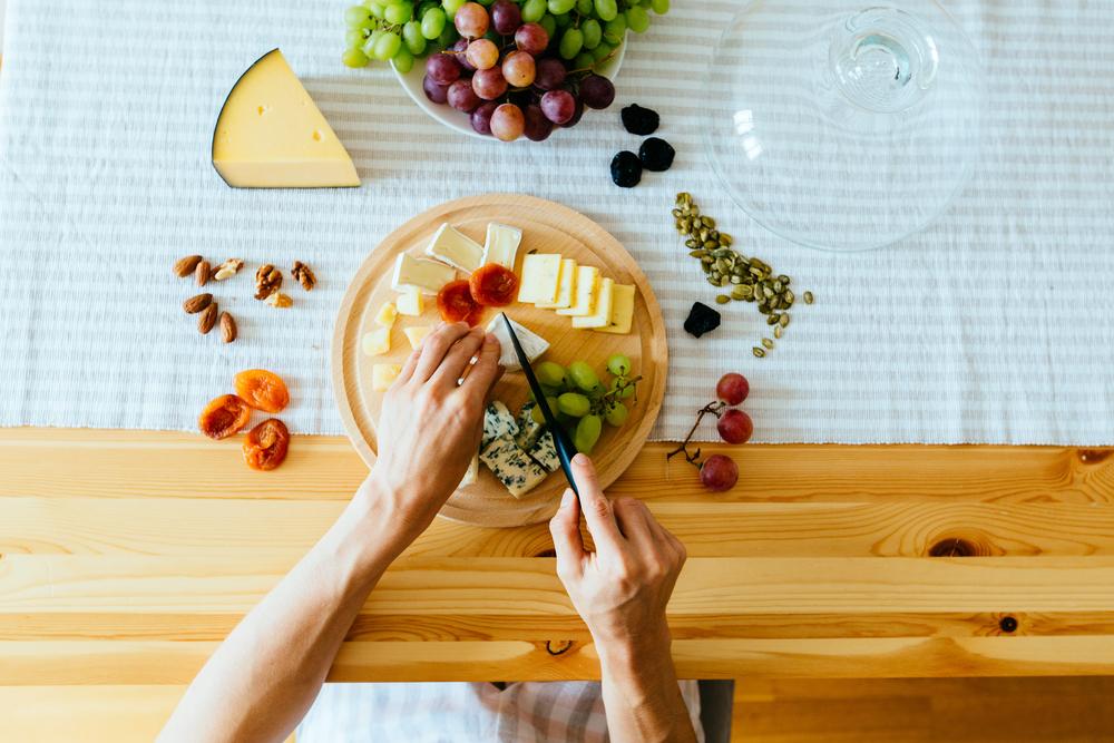 チーズを切る手