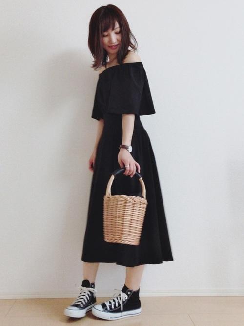 黒のオフショルトップス×スカート