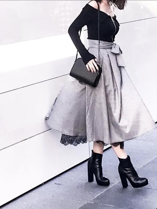 黒オフショルトップス×スカート