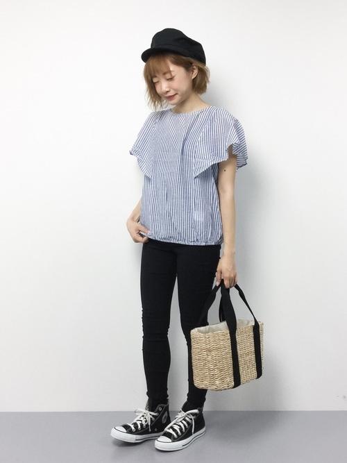 黒スキニーとストライプシャツ