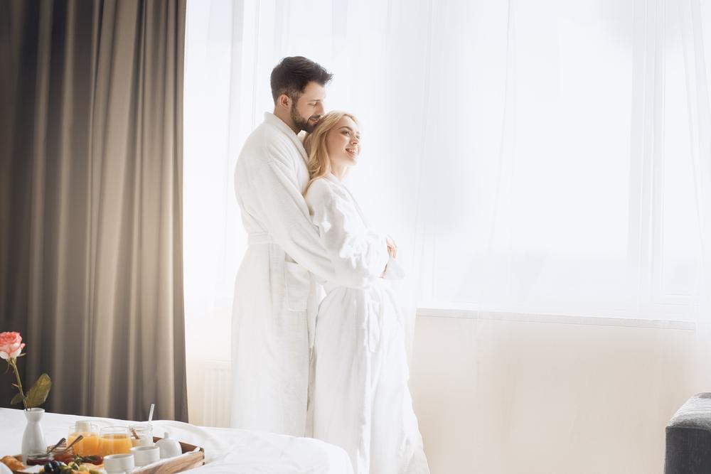 旅行でホテルに宿泊しているカップル
