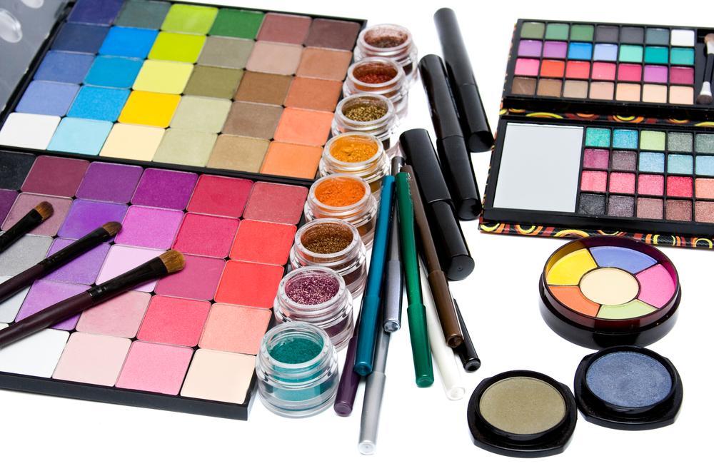 色々なカラーのアイメイク道具