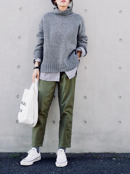 グレーのタートルネックセーターにベイカーパンツのコーデ