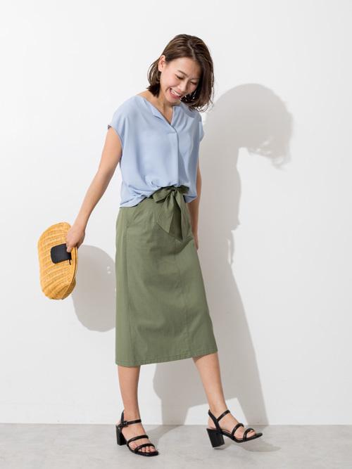 ブラウスとカーキのタイトスカート