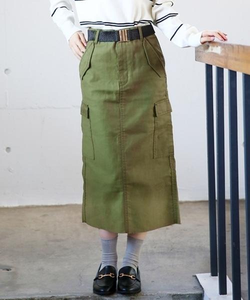 カーキのタイトスカート