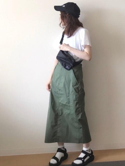 Tシャツ×カーキのタイトスカート