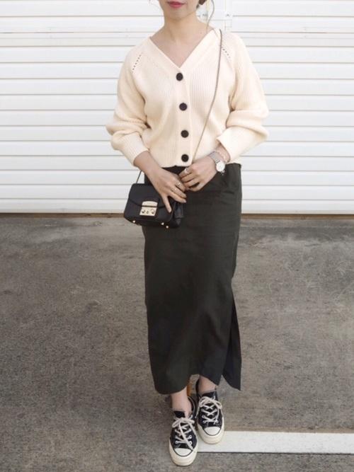 ニットカーディガンとカーキのタイトスカート