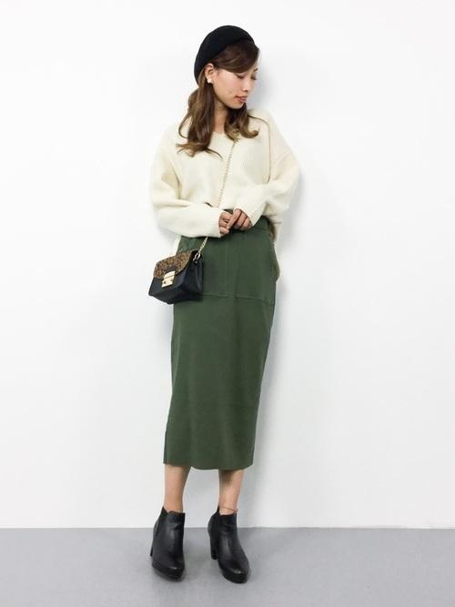 ニット×カーキのタイトスカート