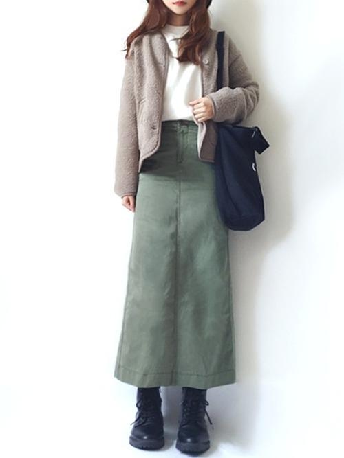 パーカーとカーキのタイトスカート