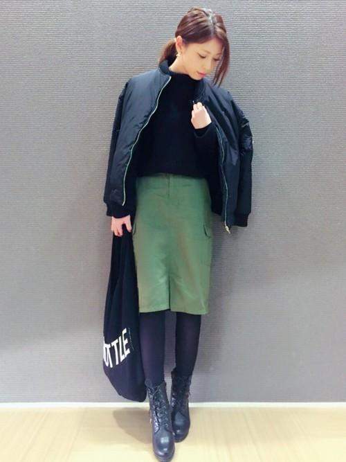 アウター×カーキのタイトスカート