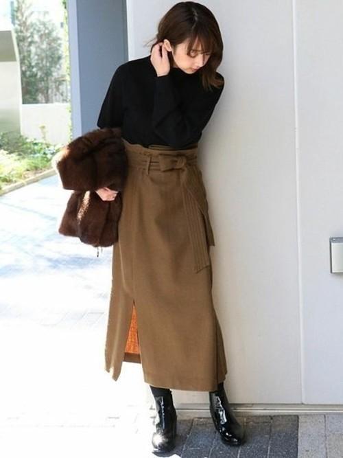 黒ニットとカーキのタイトスカート