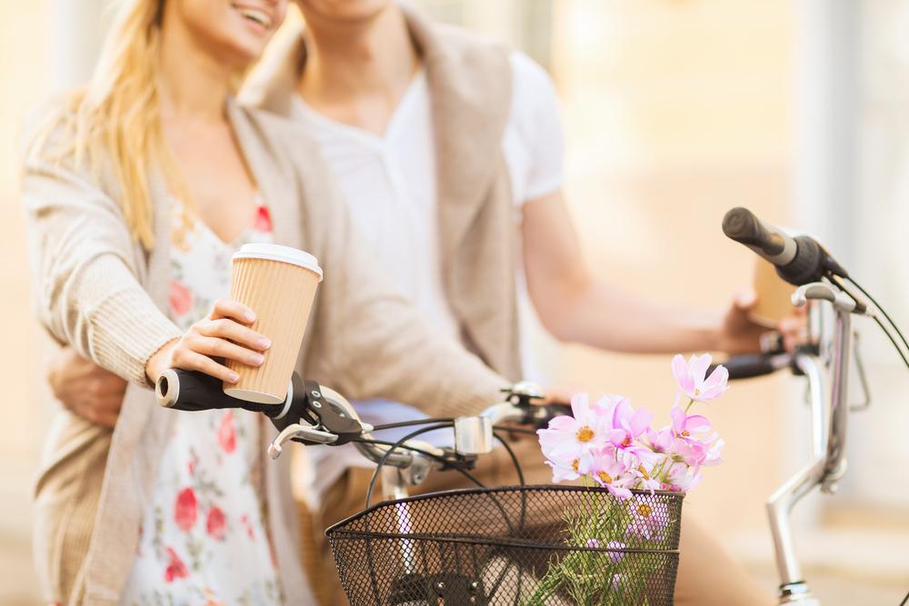 自転車デートをする男女