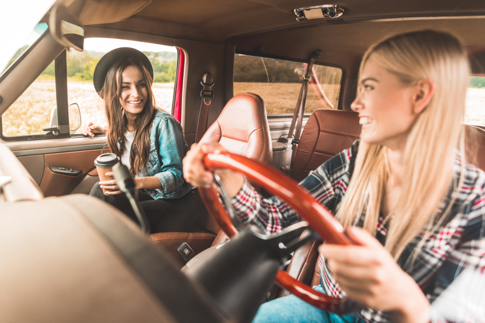 ドライブをしている女性達